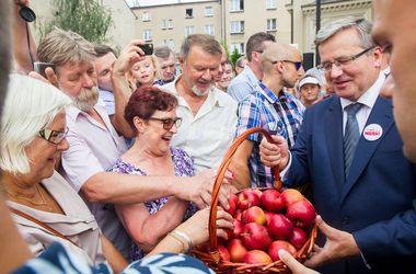 Коморовский призвал сограждан есть польские яблоки назло Путину