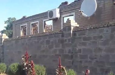 В Горловке не прекращаются стрельба и взрывы, горят дома