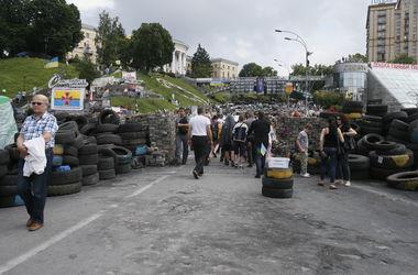 На Институтской в Киеве убрали мусор вокруг баррикады и сложили рядом каски