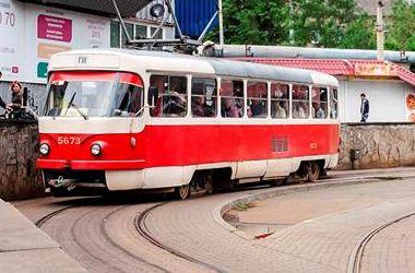 Подробности трамвайной пробки на Подоле: горе-водитель, перекрывший дорогу, заплатит штраф