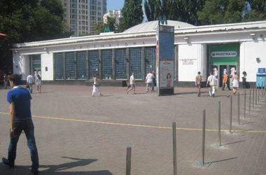 """Площадь возле метро """"Арсенальная"""" очистили от ларьков на колесах"""