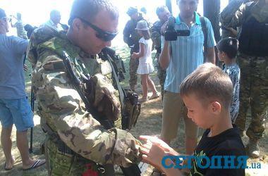 """Дети проведали батальон """"Киев-2"""", который едет в зону АТО"""