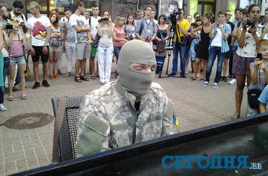 Загадочный пианист в маске устроил в центре Киева концерт в поддержку бойцов АТО