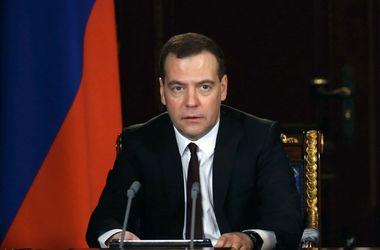 """Медведев: жесткие ответные меры против ЕС и США уже """"на столе"""""""