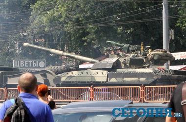 По Киеву ездят танки