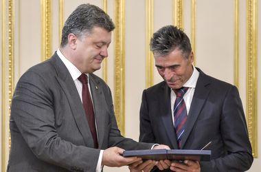 Порошенко наградил Расмуссена Орденом Свободы