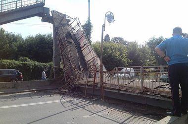 В Киеве фура снесла пешеходный мост