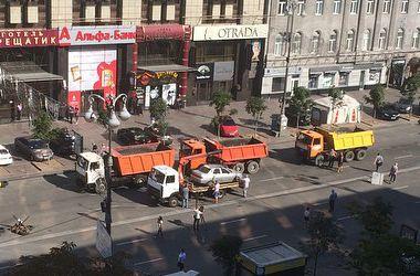 Активисты Майдана в Киеве отобрали у коммунальщиков автобус и грузовики