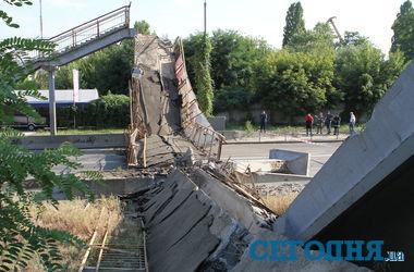 Ничейный мост в Киеве разрушила фура из Харькова