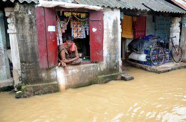 Мощное наводнение в Индии выгнало людей на улицу и разрушило дома