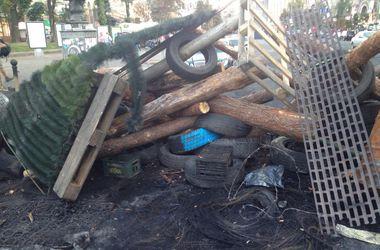 На Майдане построили баррикаду из елки