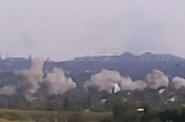 Горловку продолжают обстреливать из систем реактивной артиллерии: в городе пожары и руины
