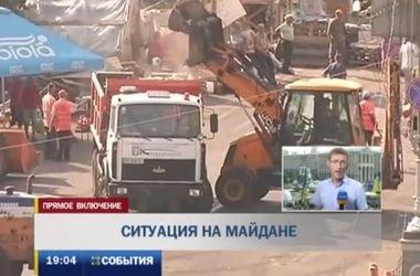 Коммунальщики чистят майдан, но проехать по Крещатику пока нельзя