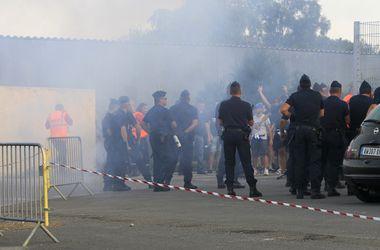 Во Франции прошло массовое столкновение футбольных фанов и полиции