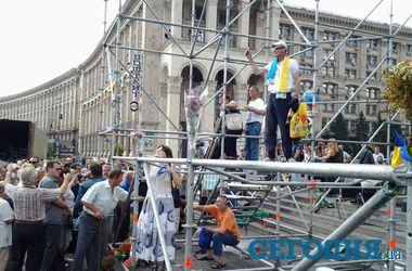 Обитатели Майдана не дают убрать сцену