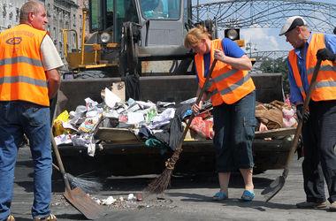 Уборка на Майдане продолжается