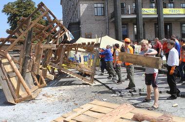 Генеральная уборка Майдана: обитатели палаток перебираются на Труханов остров