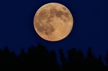 Земляне увидели оранжевую Луну