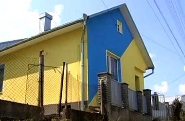Пенсионерка покрасила свой дом в сине-желтые цвета