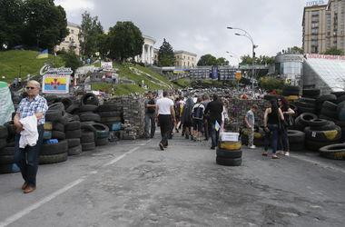 Коммунальщики уговаривают обитателей Майдана убрать баррикады с Институтской