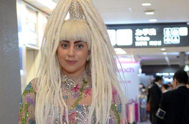 Леди Гага произвела фурор, появившись в аэропорту в прозрачном наряде