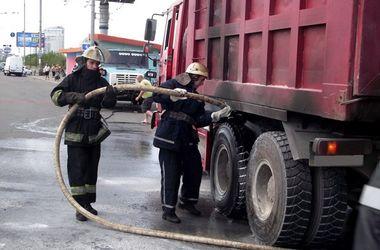 В Киеве на Московском мосту горел грузовик (фото)