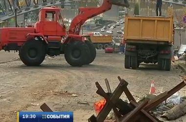 На Майдане разбирают последние баррикады