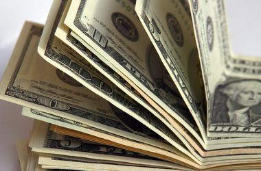 Доллар и евро в обменниках подешевели