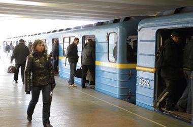 В Киеве 50-летний мужчина остановил движение метро