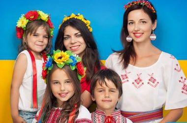 День Независимости во Львове: модели для воинов АТО, парад трамваев и фото патриота