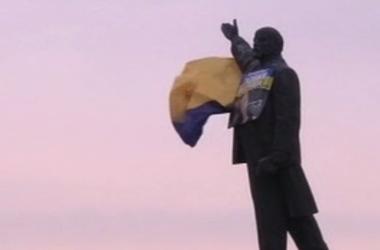 Запорожские активисты превратили вождя мирового пролетариата на патриотическую композицию
