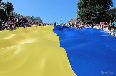 Одесситы накрыли Потемкинскую лестницу 23-метровым флагом Украины