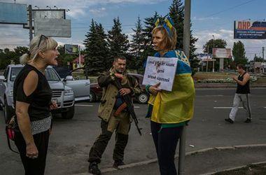 В Донецке украинскую активистку привязали к столбу и били ногами
