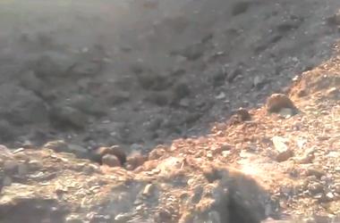 Жители Харцызска засняли на видео огромную воронку, оставшуюся после взрыва