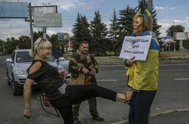 Пользователи соцсетей узнали женщину, которая избивала ногами украинскую патриотку в Донецке