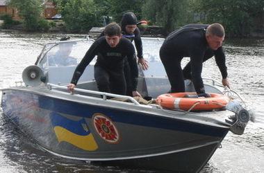 В Киеве на Оболони из воды достали мертвого мужчину
