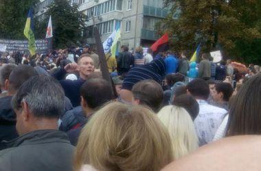 Митингующие под Минобороны формируют колонны для пикетирования Администрации президента