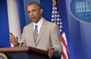 Барака Обаму высмеяли за бежевый костюм