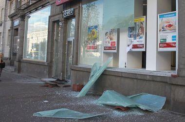В Киеве неизвестные разгромили банк и заправку