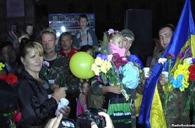 Пограничников, вырвавшихся из окружения в Донецкой области, в Кировограде искупали в шампанском