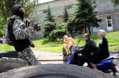 """Вооруженные бойцы батальона """"Киев-1"""" патрулируют  Святогорск"""