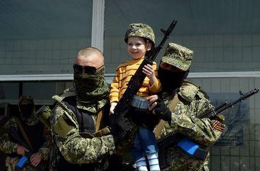 На территории Новоазовска  оккупанты  используют  методы фашистской военной пропаганды – СНБО