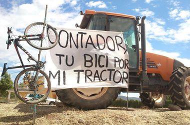 Болельщик предложил велогонщику Контадору обменять велосипед на трактор
