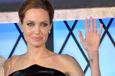 Анжелина Джоли призналась, что на свадьбе с Питтом ей очень не хватало матери
