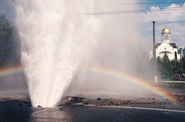 В Киеве прорвало трубу, из-под асфальта бил многометровый фонтан