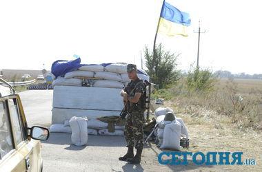 """Бойцы батальона """"Азов"""" перекрыли въезд в Мариуполь противотанковыми ежами"""