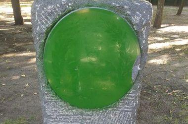 В Харькове вандалы перекрасили в зеленый цвет монумент атаману