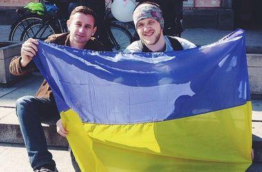 Харьковчанин путешествует по миру автостопом в компании флага Украины