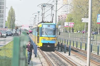В Киеве трамваи на Троещину стали ездить чаще и быстрее