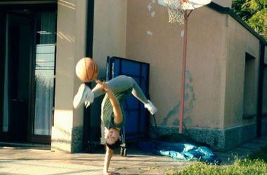 Украинская гимнастка взорвала интернет своим броском в баскетбольную корзину